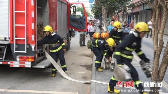 消防官兵铺设水带进行救援。