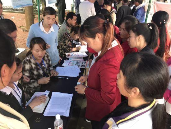 求职人员与招聘单位交流、填写求职表。