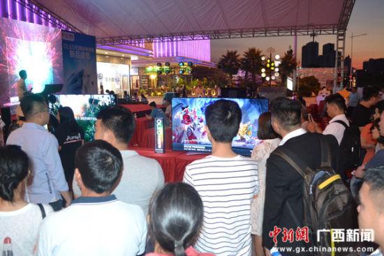 图为民众在围观OLED彩电展示。