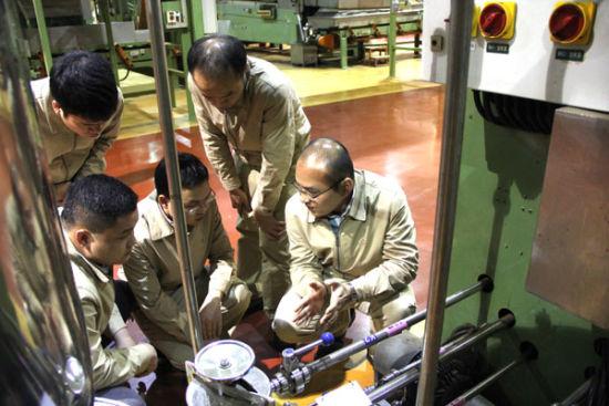 维修兴趣小组人员利用班后时间向维修技师学习相关知识(熊科-摄)