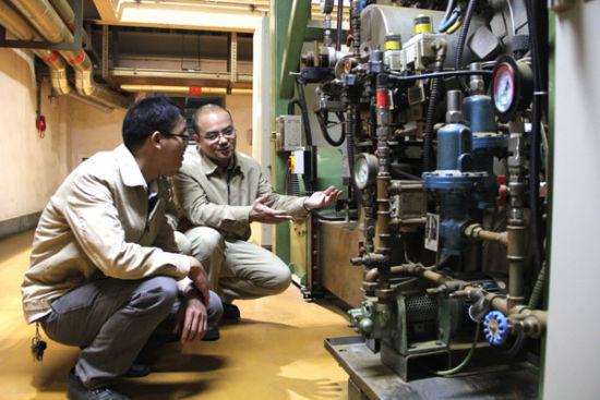 维修兴趣小组人员向技师韦斌学习管路原理(熊科-摄)