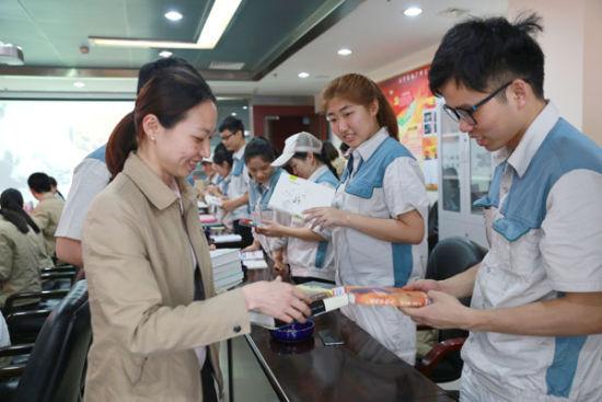 南宁卷烟厂青年员工在读书漂流活动上交换书籍(俸莎-摄)