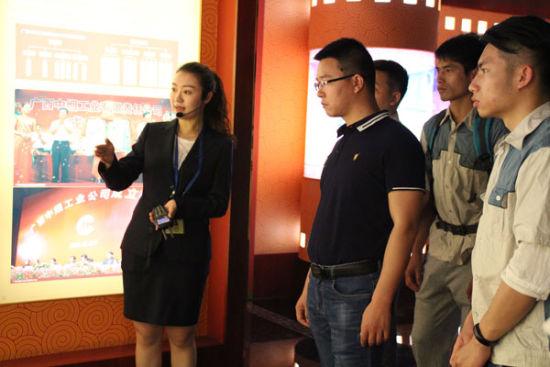 图为代表们参观广西卷烟工业展示馆(韦龙-摄)