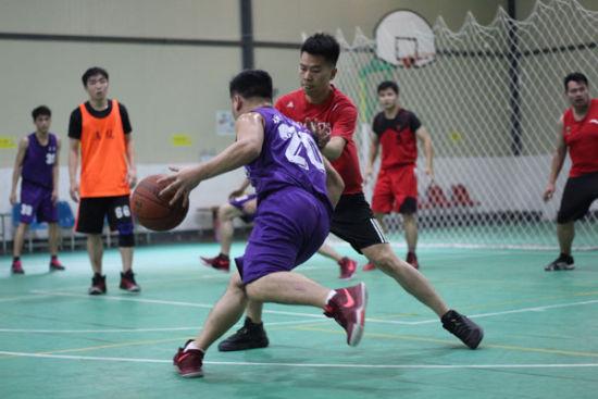 图为团员代表进行篮球友谊赛(韦龙-摄)