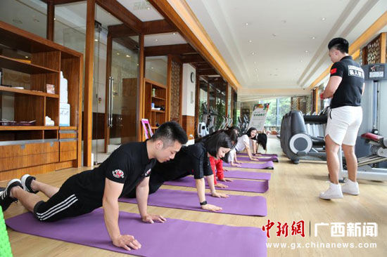 图为健身房有氧运动。裴蕾 摄