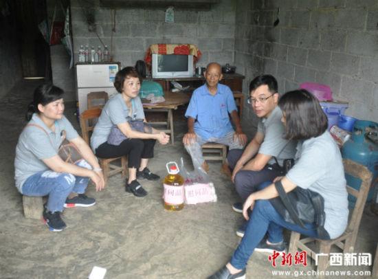 图为教师们到贫困户家中慰问。