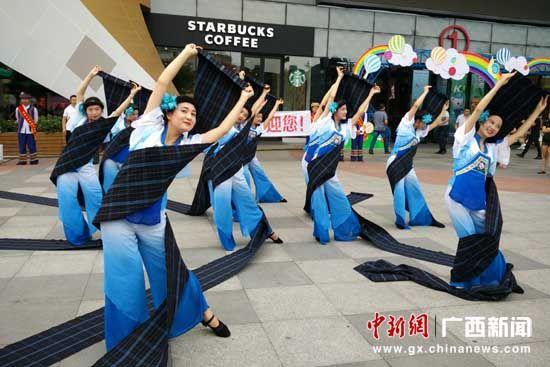 """图为桂林万达广场""""快闪""""表演布依族舞蹈""""梳花""""。"""