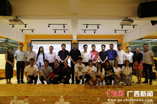 图为参赛团队与评委、指导老师合影。