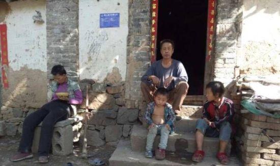 志愿者走访时民生一家。