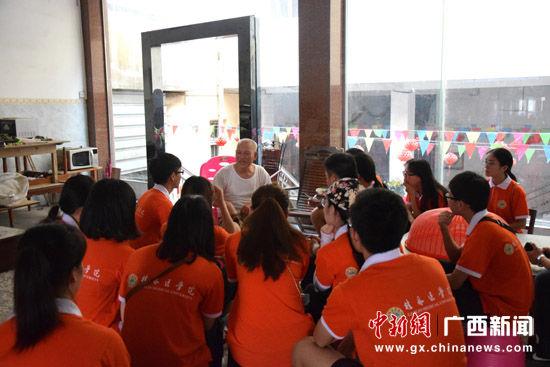 7月29日,抗美援朝退伍老兵杨超给桂林医学院大学生讲述抗战经历。陶光均 摄