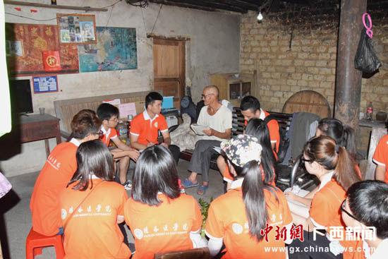 7月29日,退伍老兵韦殿阁给桂林医学院大学生讲述抗战经历。陶光均 摄