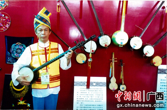 韩醒老师与天琴。 广西歌舞剧院供图