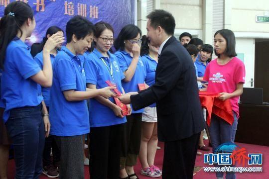 广西师范大学国际教育学院副院长郭元兵为培训班学员颁发结业证书。 陆汉宝 摄