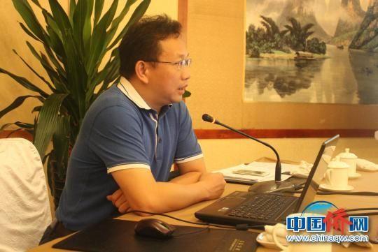 图为玉林师范学院教授石维有在培训班上作关于基本侨情调查专题讲座。 陆汉宝 摄