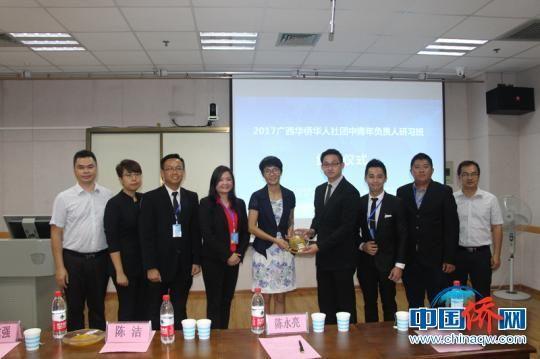 图为广西侨办副主任陈洁与马来西亚侨团代表交流合影。(林浩 摄)