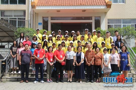 图为夏令营营员与广西华侨学校师生合影。(林浩 摄)