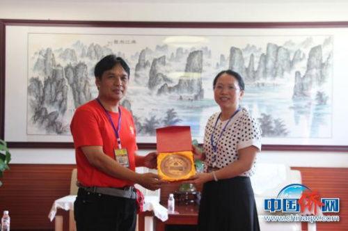 图为印尼茂物同一学校校长苏安宏与雷丽芳互换纪念品。 林浩 摄