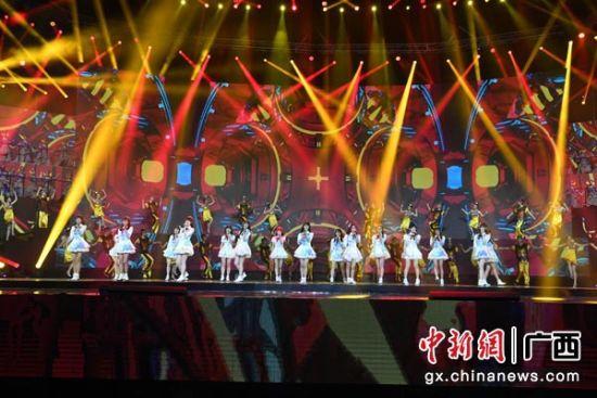图为第19届南宁国际民歌艺术节晚会开场歌舞《大地飞歌》。俞靖 摄