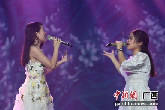 图为马来西亚唱将倾心演唱歌曲《梨花又开放》。俞靖 摄
