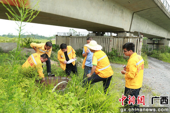 技术人员在检查高铁施工遗留孔洞。