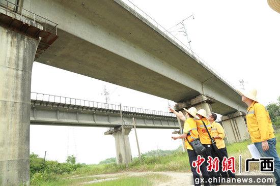 技术人员在贵广客专检查高铁桥梁状态。