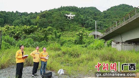 技术人员用无人航拍器检查隧道边坡情况。