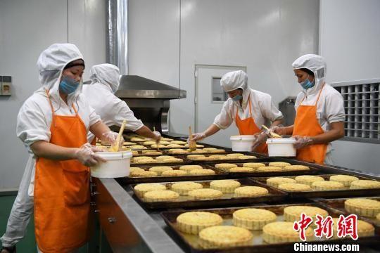 图为合浦黄家月大月饼生产制作现场。 俞靖 摄