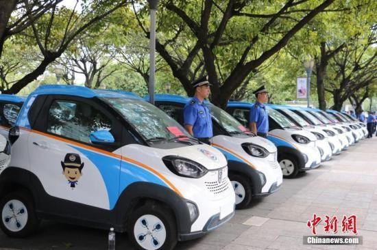 柳州市城管部门启用50辆新能源汽车作为执法车。林馨 摄