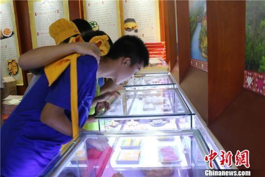 图为学生们在该博物馆参观糕点模型 林馨 摄