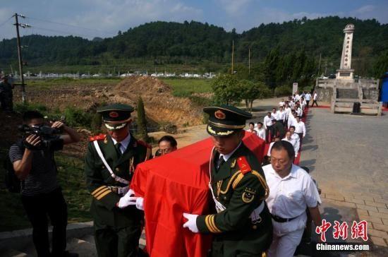 图为红军烈士灵柩起运,红二代扶柩。 赵琳露 摄