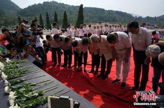 图为红军后人向红军烈士鞠躬。 赵琳露 摄