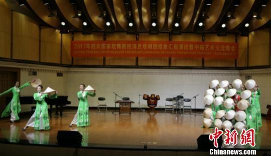 图为独具特色的越南舞蹈节目 张嘉伟 摄