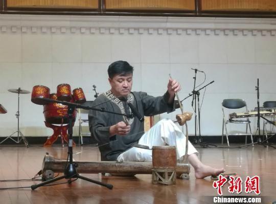 图为独特的越南乐器表演 林浩 摄