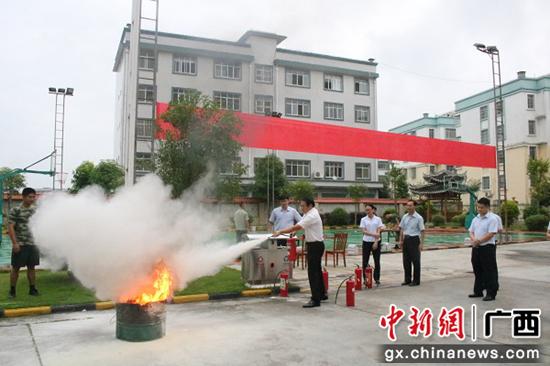 员工体验灭火器。