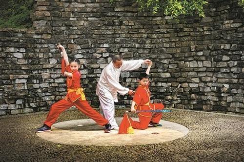 在梁羽生公园里,上演师傅弟子的传承故事。魏明盛/摄