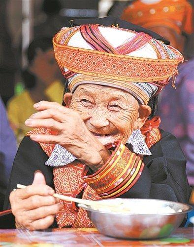 穿上节日的盛装,长寿老人的幸福溢于言表。 黄胜林/摄