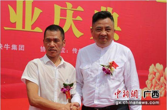快牛集团董事长许星权(左)与中外友好国际交流中心主任柯志华。钟欣 摄