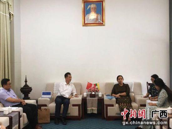 图为广西国际文化交流中心秘书长赵克一行拜会缅甸驻南宁总领事丁埃凯,送上中秋祝福,并就进一步加强广西与缅甸文化交流合作进行工作会谈。杨陈 摄