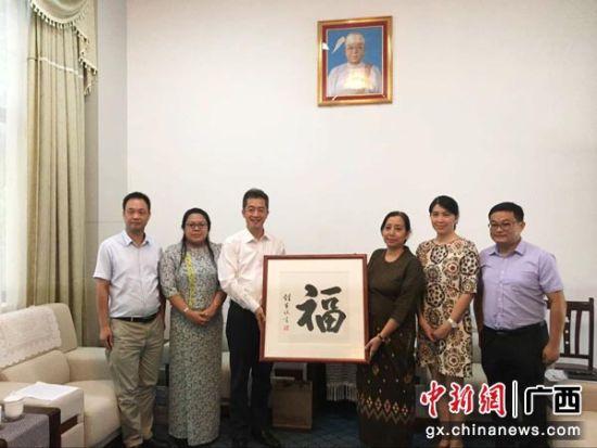 图为广西国际文化交流中心与缅甸驻南宁总领馆工作人员合影。杨陈 摄