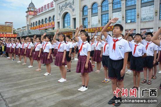 图为参加升国旗唱国歌仪式的学生代表。 林洁琪 摄