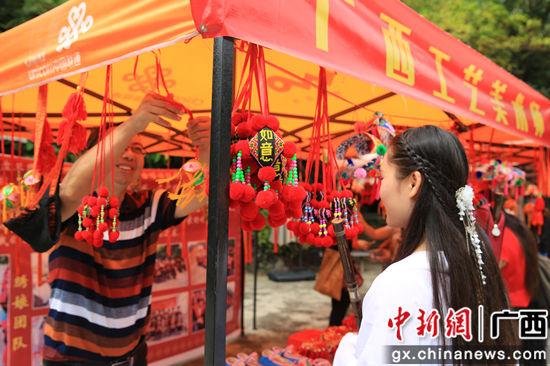 图为游客在市集上选购商品(广西博物馆供图)