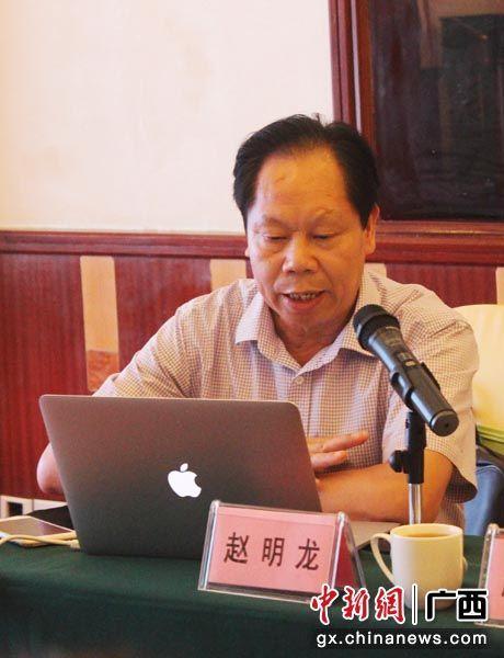 图为赵明龙介绍课题研究情况。孙菲 摄