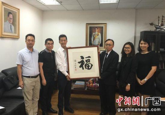 图为广西国际文化交流中心一行与泰国驻南宁总领馆工作人员合影。杨陈 摄
