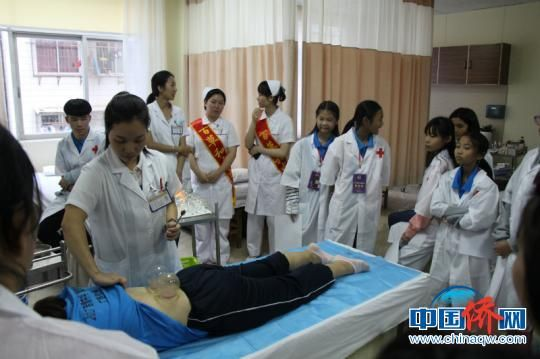 华裔少年们体验中医按摩技法 赵开衡 摄
