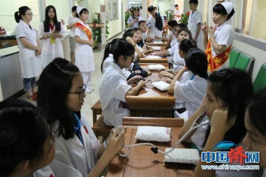 华裔少年们体验中医文化 赵开衡 摄
