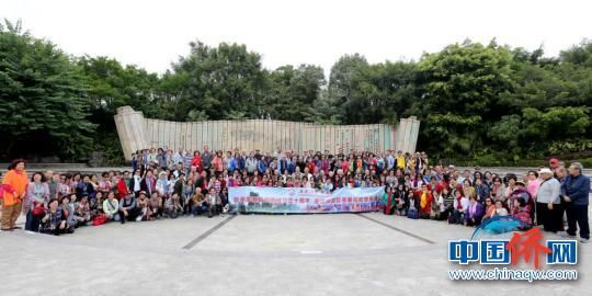 图为巨港校友游览桂林訾洲公园合影。 裴蕾 摄