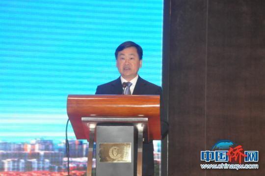 图为广西侨办主任秦春成主持大会。 林浩 摄