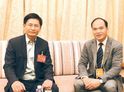 图为广西壮族自治区党委常委、自治区人民政府副主席蓝天立(左)接受何儒采访。