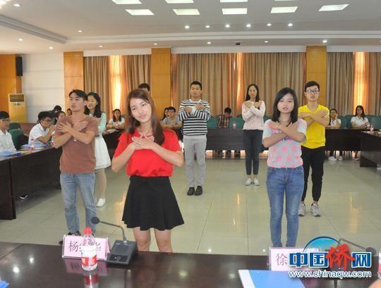 图为受助学生表演节目表示感恩 林浩 摄