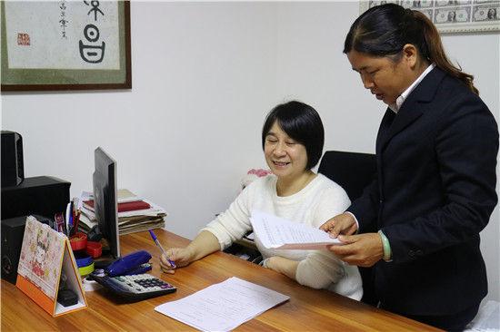 邮储银行梧州市分行信贷员为小企业主提供服务。